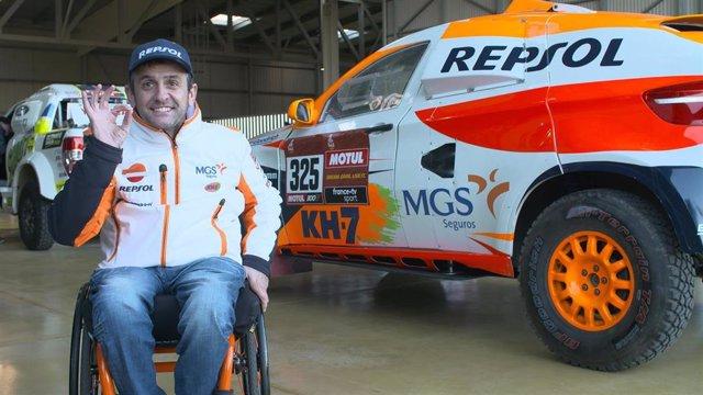 El piloto Isidre Esteve (Repsol Rally Team) junto al prototipo del Dakar 2020 en el puerto de Marsella