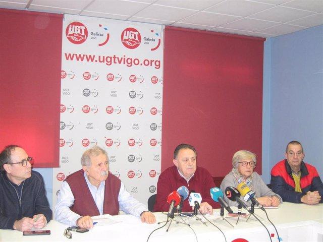 El responsable de la Federación de Pensionistas y Jubilados de CCOO en la zona de Vigo, Tito Hucha, y el secretario general de la Unión de Jubilados y Pensionistas de UGT en el área de Vigo, Juan Fontenla, durante la rueda de prensa