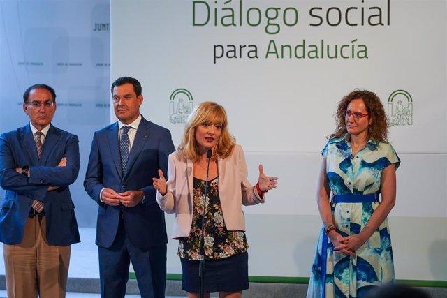 La secretarias general de UGT-A, Carmen Castilla, atiende a los medios después de la reunión de la Mesa de Diálogo Social de Andalucía.
