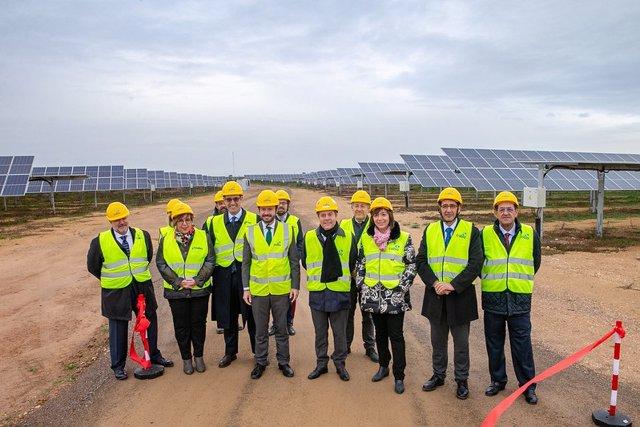 El presidente de C-LM, Emiliano García-Page, inaugura cuatro nuevas fotovoltaicas en Alcázar