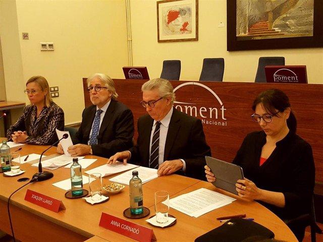 En el centro, el presidente de Foment del Treball, Josep Sánchez Llibre, y el vicepresidente, Joaquim Llansó