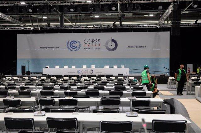 Varios operarios trabajan en el plenario y centro de prensa de la Feria de Madrid, IFEMA, en los preparativos de la Cumbre del Clima que comenzará el próximo día 2 de diciembre, en Madrid (España), a 29 de noviembre de 2019.