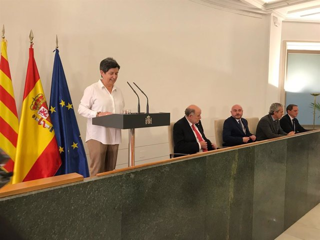 La delegada del Govern a Catalunya, Teresa Cunillera, al costat dels quatre subdelegats en el 41 aniversari de la Constitució.