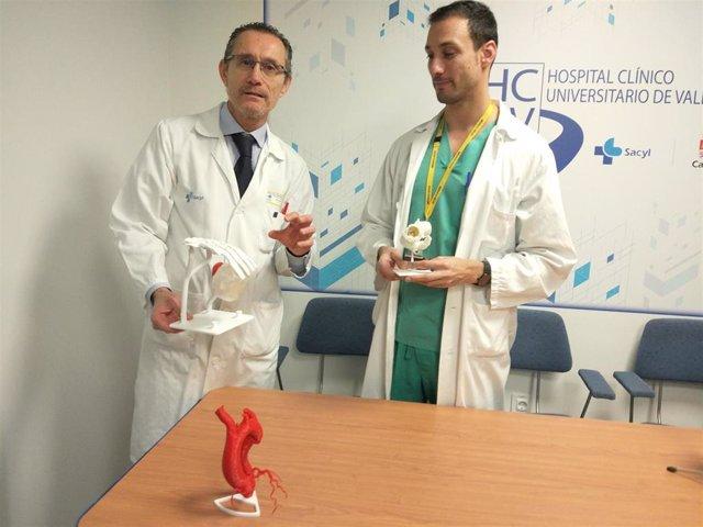 El jefe del Servicio de Cardiología del Hospital Clínico Universitario de Valladolid, Alberto San Román, (izquierda) acompañado por el coordinador de la Unidad de Cardiología Intervencionista, Ignacio Amat (derecha).