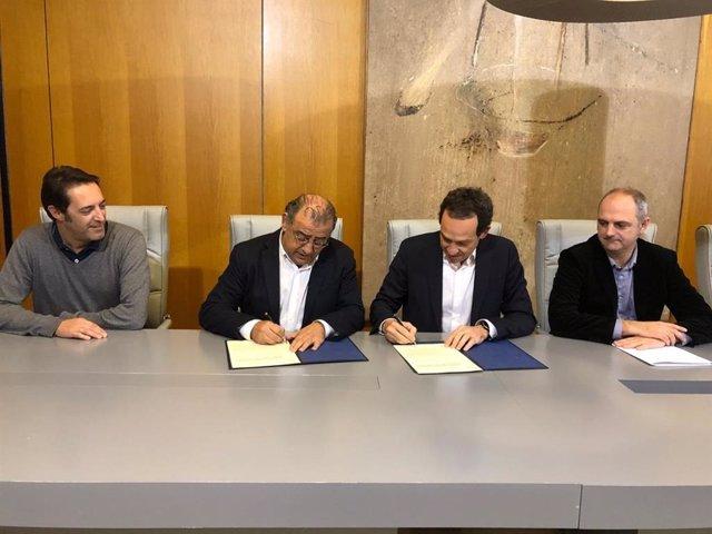 El alcalde de Calvià, Alfonso Rodríguez, (2º por la izquierda), firma el acuerdo con el conseller de Movilidad, Marc Pons (tercero izq)
