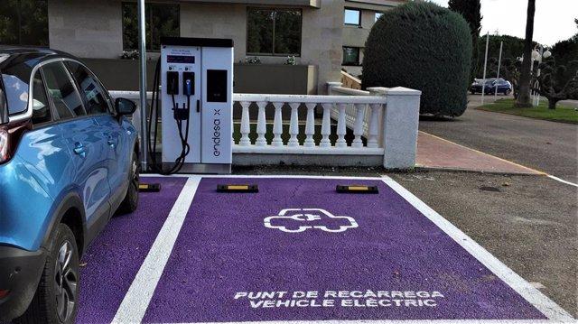 El punto de recarga rápida para vehículos eléctricos