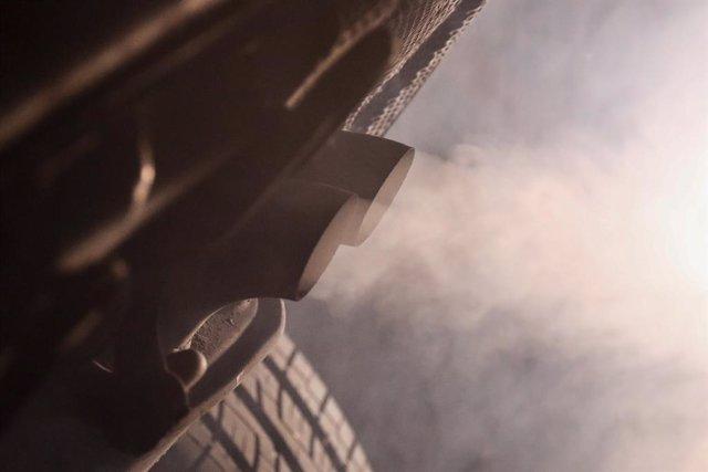 Un cotxe emetent pollució.