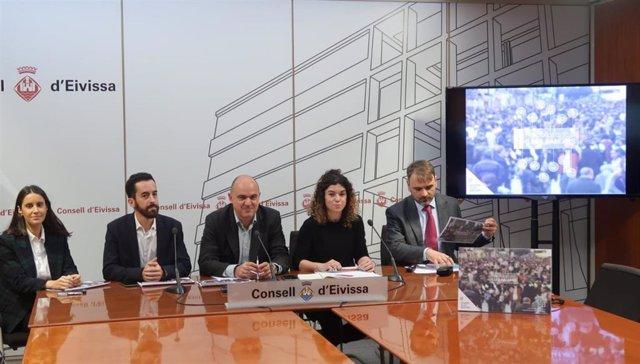 La consellera Rosario Sánchez (cuarta por la izquierda) presenta los Presupuestos en Ibiza.