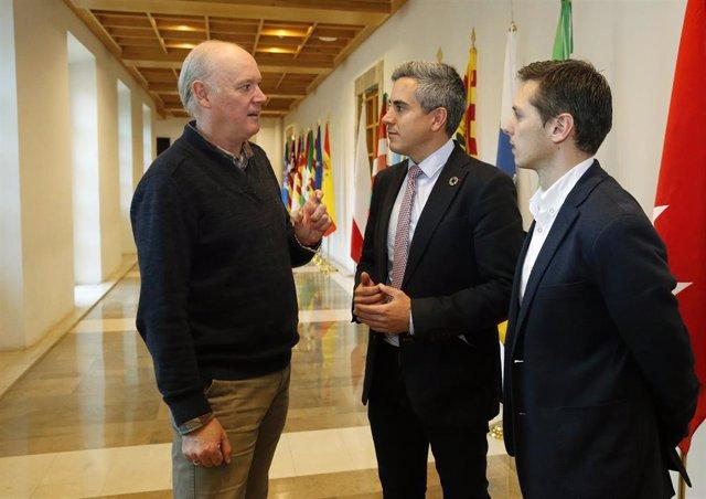 El vicepresidente de Cantabria, Pablo Zuloaga, y el director general de Deporte, Mario Iglesias, onversnado con el presidente de la Federación Cántabra de Ciclismo, Ángel Rivero