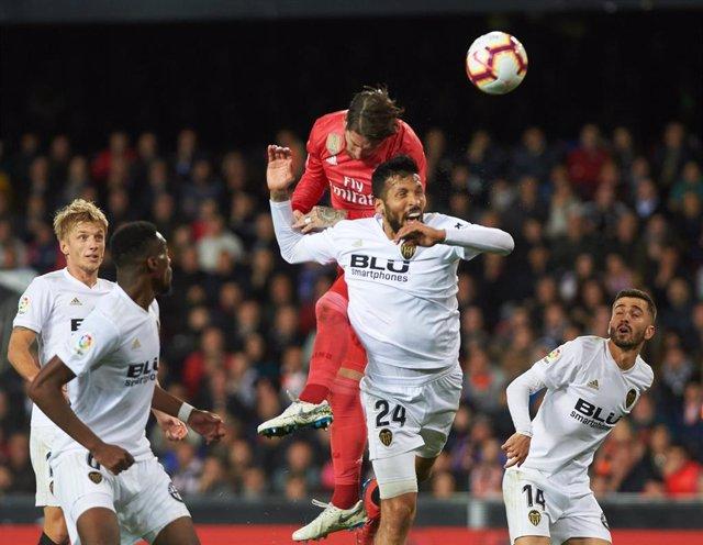 Ezequiel Garay y Sergio Ramos pelean por un balón aéreo en el Valencia-Real Madrid de LaLiga Santander 2018-19