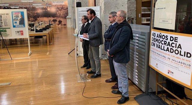 El alcalde de Valladolid inaugura la exposición sobre los 40 años de las Elecciones Municipales de 1979.