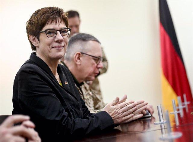 Annegret Kramp-Karrenbauer, ministra de Defensa de Alemania, en una reunión en Kabul con su homólogo afgano