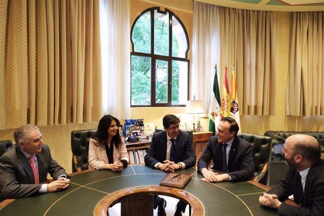 Marín (centro), entre Joyera y Gómez Villamandos, durante su encuentro en el Rectorado de la UCO.