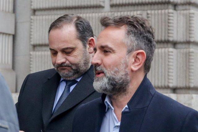 El ministre de Foment en funcions, José Ábalos (e), als voltants del Congrés dels Diputats, minuts abans de la segona reunió de PSOE i ERC per a la formació de Govern espanyol, a Madrid (Espanya), 3 de desembre del 2019.