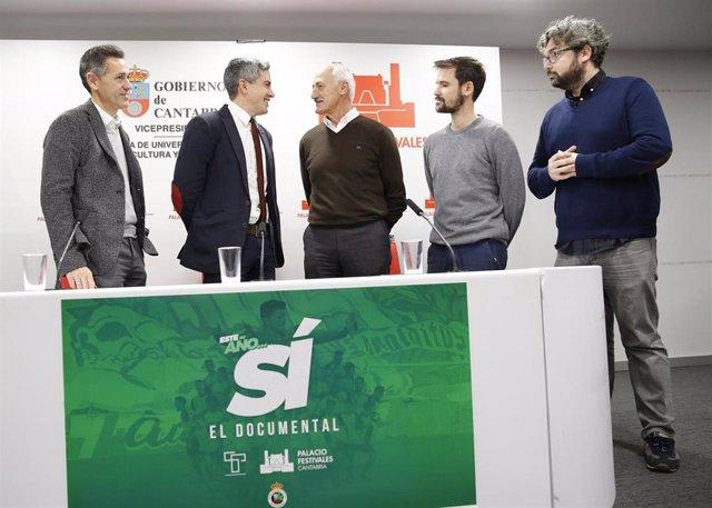 De izquierda a derecha, el director general del Racing de Santander, Víctor Alonso; el vicepresidente de Cantabria, Pablo Zuloaga; el presidente de honor del club, Tuto Sañudo, y los directores del documental 'Esta vez, sí', Juan y Kake Trueba