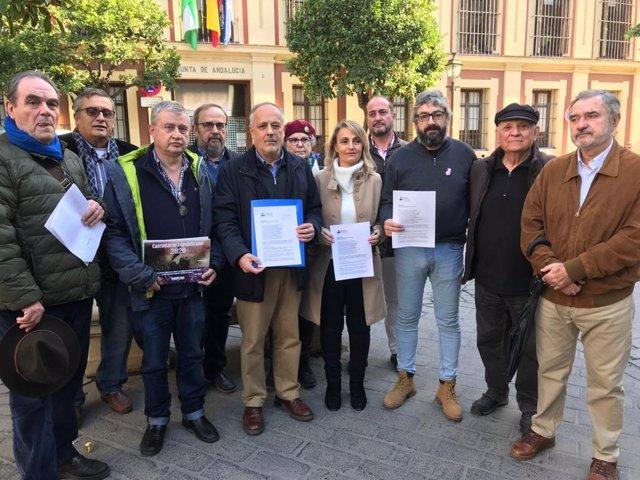 Miembros de la Coordinadora Andalucía Republicana presentan un requerimiento a la Junta de Andalucía sobre los restos de Queipo