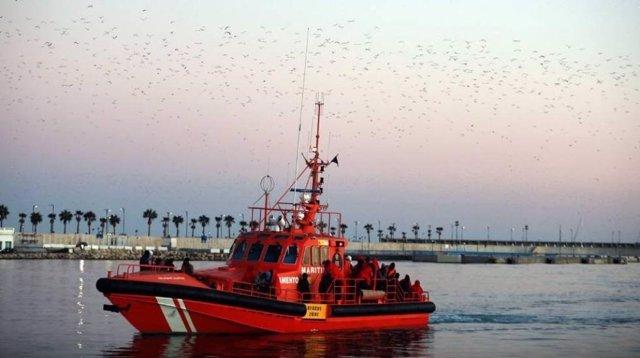 Fotografía del fotógrafo Álex Zea de una embarcación de Salvamento Marítimo llegando a Málaga tras rescatar del mar Mediterráneo a inmigrantes subsaharianos, mención especial del Premio de Periodismo Ciudad de Málaga