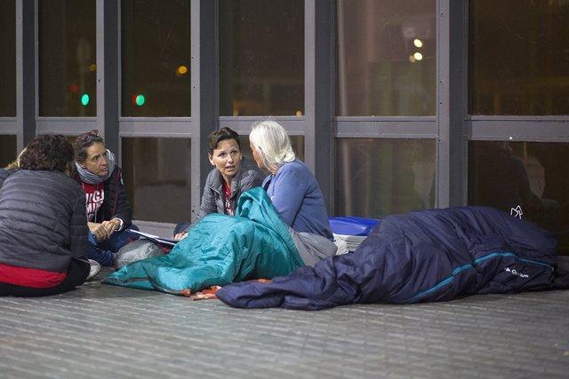 Voluntaris d'Arrels entrevisten una dona sense llar a Barcelona.