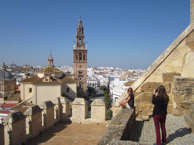 Turistas en Puerta de Sevilla en Carmona