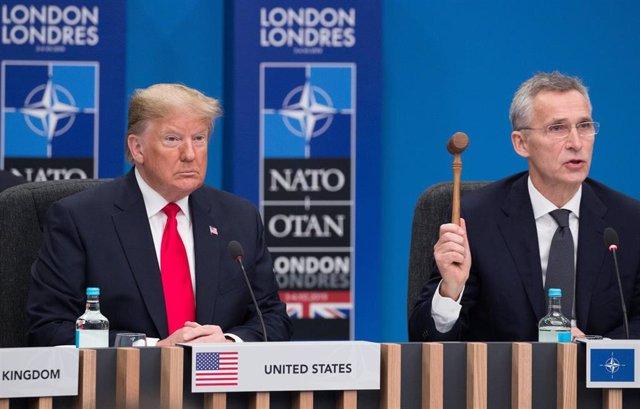 Donald Trump junto a Jens Stoltenberg en la cumbre de la OTAN