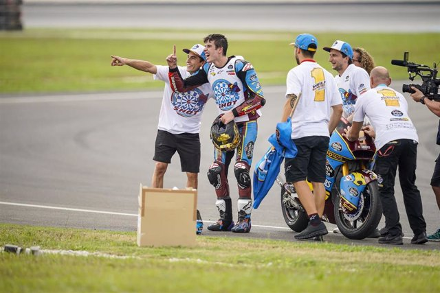 Los hermanos Márquez celebran el título de Moto2 de Alex