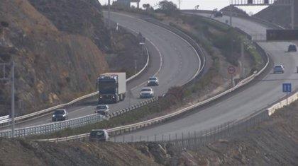 Herido en Níjar (Almería) el conductor de un camión con gas natural licuado tras salirse de la A-7, que ha sido cortada