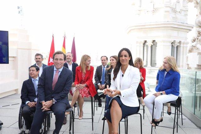 El alcalde de Madrid, José Luis Martínez-Almeida y la vicealcaldesa, Begoña Villacís, acompañados por todos los miembros del equipo de Gobierno municipal, presiden un acto para hacer balance de los primeros 100 días de gobierno, en CentroCentro, Madrid (E