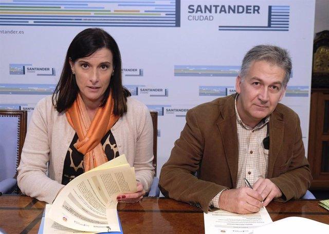 La alcaldesa, Gema Igual, y el director de la Fundación Naturaleza y Hombre, Carlos Sánchez, han firmado hoy un convenio de colaboración para la limpieza y acondicionamiento de la ría de Raos
