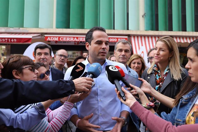 Ignacio Aguado atendiendo a los medios. Imagen de recurso