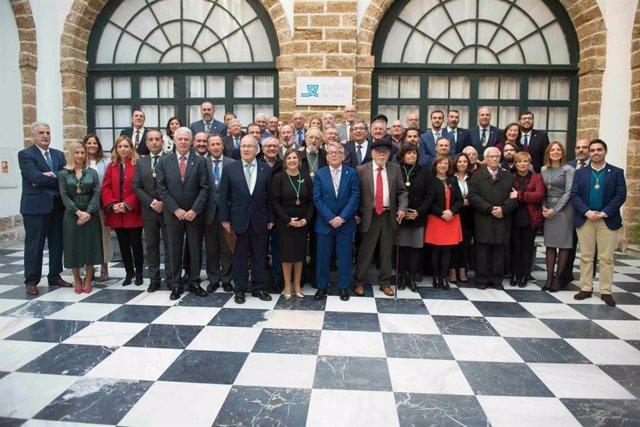 Foto de familia de la celebración de 40 años de democracia en la Diputación