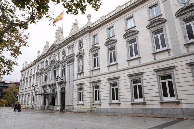 Fachada del edificio del Tribunal Supremo con la bandera española en lo alto.