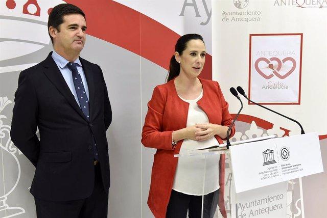 La teniente de alcalde delegada de Turismo, Ana Cebrián, y el ceo de Globotur Comunicación Aerostática, Javier Benítez, en rueda de prensa