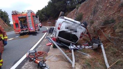 Una mujer de 83 años y un hombre de 72 resultan heridos al volcar su vehículo en Buñol