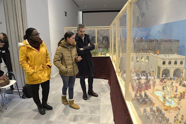 Imagen de la visita del concejal de Comercio y Turismo, Manuel Olivares, al belen de playmobil