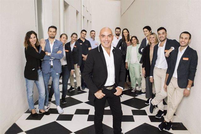 El empresario Kike Sarasola junto al equipo de Room Mate