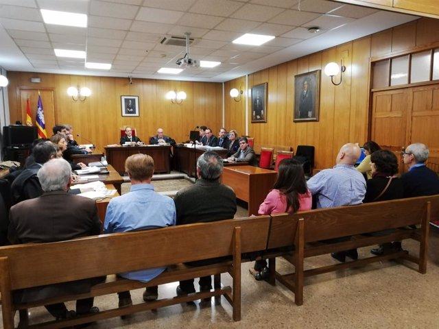 Els acusats, advocats, fiscalia i jutge a la sala del judici per l'accident de tren de Sineu de 2010
