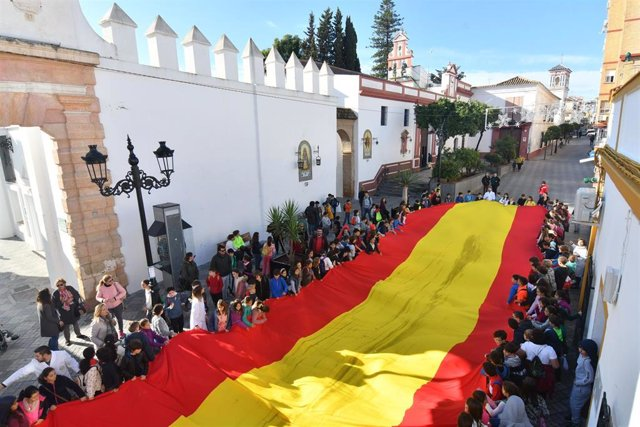 Los niños de Tomares celebran Día de la Constitución con una bandera gigante
