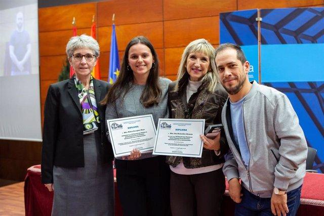 De izda. A dcha. Sagrario Anaut, Malen Eizaguirre (primer premio), Inés Gabari (recoge el accésit de Ana Remedios Alemán) y El Langui, invitado a la ceremonia de entrega.