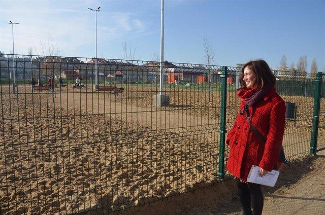 La concejal de Medio Ambiente y Desarrollo Sostenible, María Sánchez, en uno de los parques caninos de Valladolid.