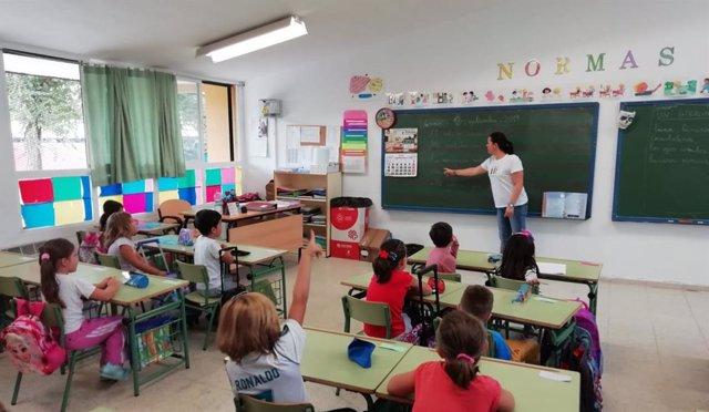 Una profesora da clases a alumnos de Primaria en un colegio de Córdoba