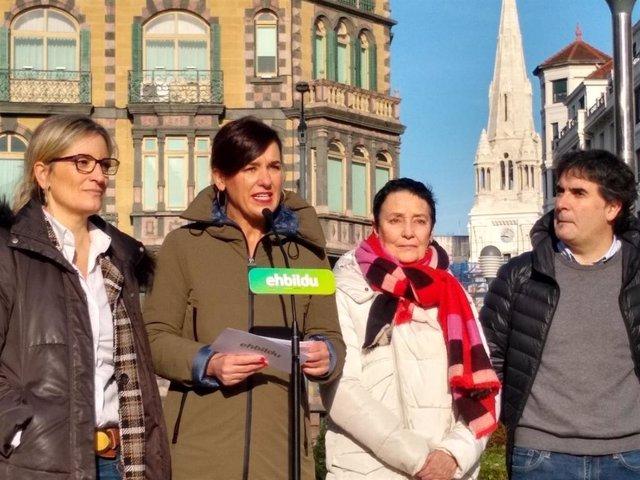 La parlamentaria de EH Bildu Jasone Agirre en una comparencia ante los medios de comunicación de Bilbao