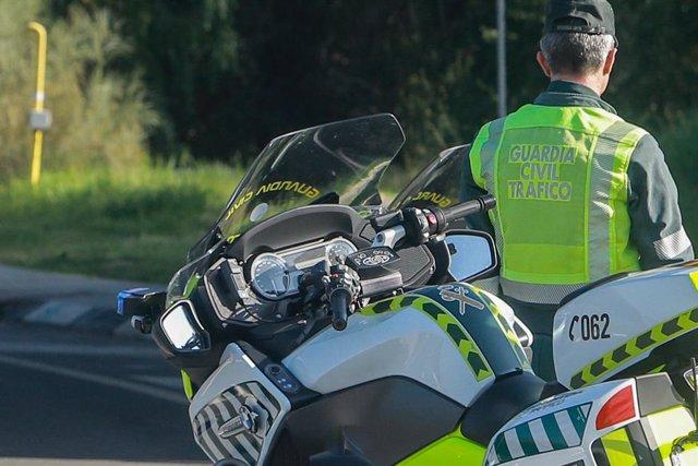 Un agente de la Guardia Civil de Tráfico durante una campaña especial de la DGT de vigilancia y control de furgonetas.