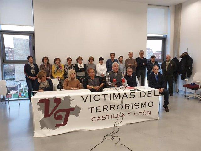 El presidente de la AVTCyL, Juan José Aliste, en rueda de prensa junto a integrantes de la asociación.
