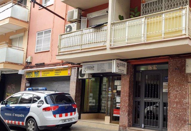 Un cotxe de Mossos d'Esquadra davant de l'edifici del Prat de Llobregat (Barcelona) on una dona ha estat assassinada presumptament per la seva parella.