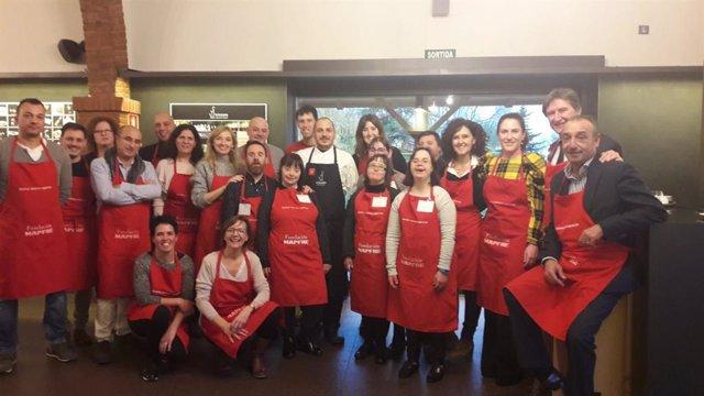 Taller gastronómico en La Boscana de Bellvís (Lleida) con empresarios y discapac