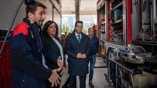 Andreu escucha las explicaciones de un profesional en su visita al CEIS de Arnedo.