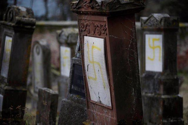 Tumbas profanadas en un cementerio judío en Quatzenheim (Francia) (imagen de archivo)