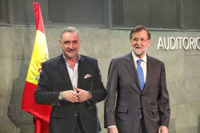 """(I-D) El periodista de la COPE Carlos Herrera, y el expresidente del Gobierno Mariano Rajoy, durante la presentación del libro de Rajoy, """"Una España Mejor"""", en la Fundación Rafael del Pino, en Madrid a 4 de diciembre de 2019."""