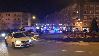 Un coche embiste a dos motos en la rotonda de Vallobín (Oviedo)