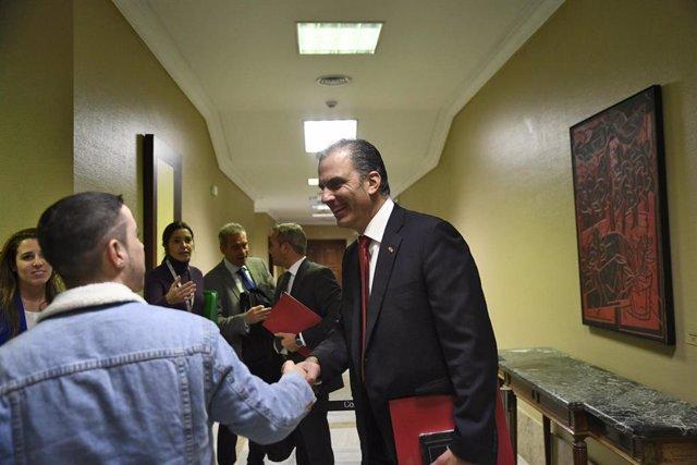 El portavoz de Vox en el Ayuntamiento de Madrid, Javier Ortega Smith, saludo a uno de los visitantes de la jornada de puertas abiertas en el Congreso de los Diputados, en Madrid (España), a 29 de noviembre de 2019.
